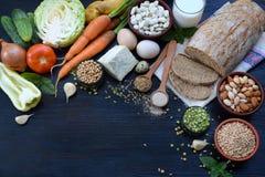 Сбалансированная диета, концепция варящ, dieting, кулинарный и еда Различные продтовары - весь хлеб зерна, хлопья, овощ, бобы, стоковые фото