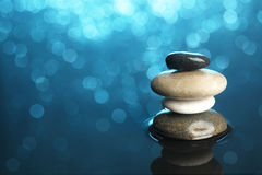 Сбалансированные камни в воде Стоковое Фото