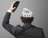 Сбалансируйте на чертеже дома работы или принципиальной схемы семьи облаком внутри b Стоковое Изображение