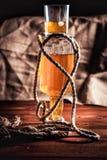 Сбалансируйте, светлая бутылка вискиа и стекло вискиа Стоковая Фотография RF