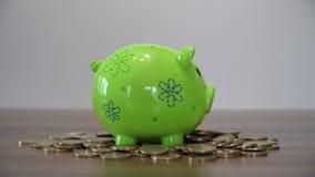 сбережениа дег банка piggy кладя Установка монеток в копилку видеоматериал