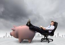 сбережениа дег банка piggy кладя Стоковое Фото