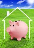 Сбережения для концепции дома, копилки на поле Стоковые Фото