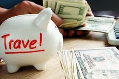 Сбережения для перемещения Деньги на каникулы и праздники стоковые фотографии rf
