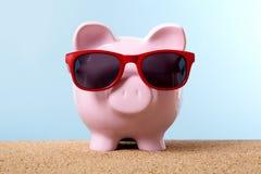 Сбережения летних каникулов копилки, пенсионный план, каникулы пляжа Стоковая Фотография