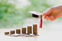 Сбережения женщины для образования стоковые фото