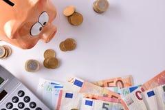 Сбережения и бухгалтерия с деньгами и калькулятором копилки покрывают Стоковые Изображения