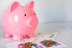 Сбережения концепция и копилка денег с валютой листа и денег финансов Стоковое Фото