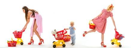 сбережения на приобретениях ретро мать женщин идет ходить по магазинам с полной тележкой детство и забота ходить по магазинам для стоковое фото