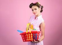 сбережения на приобретениях счастливая девушка наслаждаясь онлайн покупками Онлайн ходя по магазинам app винтажная женщина домохо стоковое изображение rf