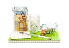 Сбережения на расходовании записывают с получениями и ручкой Стоковая Фотография RF