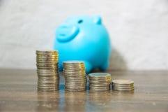 Сбережения от собирать небольшие монетки стоковая фотография rf
