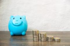 Сбережения от собирать небольшие монетки стоковое фото