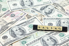 Сбережения слова на куче банкнот доллара США Стоковое Фото