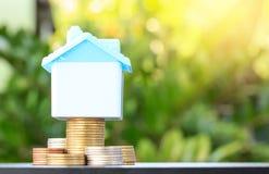Сбережения для того чтобы купить дом которое штабелирует монетку растя, желтый тон, savi стоковые изображения rf