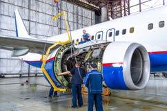 Сборка двигателя после ремонтов Боинг 737, авиапорт Tolmachevo, Россия Новосибирск 12-ое апреля 2014 Стоковые Изображения