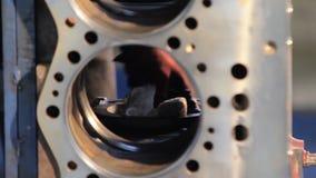 Сборка двигателя Работник очищает двигатель Работник обтирает цилиндры двигателя перед собранием Блок двигателя дизеля видеоматериал