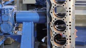 Сборка двигателя Работник очищает двигатель Работник обтирает цилиндры двигателя перед собранием Блок двигателя дизеля сток-видео