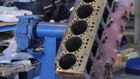 Сборка двигателя Собрание работника руководство двигателя Прибор для собрания двигателей Блок двигателя дизеля видеоматериал