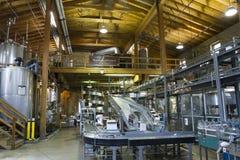 Сборочный конвейер в запасах Woodford разливая процесс по бутылкам Стоковое Изображение RF