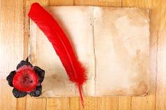 сбор винограда красного цвета сообщения пера книги Стоковое Изображение