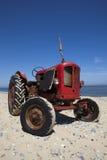 Сбор винограда меньший красный трактор пляжа Стоковые Фото