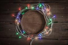 сбор винограда рождества предпосылки старый бумажный sacking Рамка от пестротканых электрических светов гирлянды и bokeh Стоковая Фотография RF