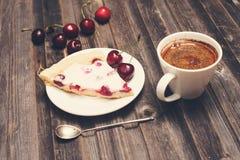 сбор винограда бумаги орнамента предпосылки геометрический старый Кусок домодельных пирога вишни и чашки coff Стоковые Изображения RF