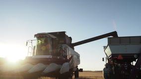 Сбор и транспорт машинного оборудования на заходе солнца сток-видео