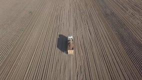 Сбор картошек с зернокомбайном видеоматериал