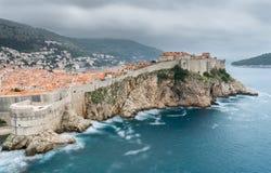 Сбор облаков шторма над стенами Дубровника стоковая фотография rf