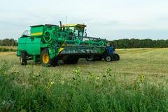 Сбор поля сои с зернокомбайном Сельское хозяйство стоковая фотография rf