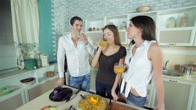 Сбор 3 друзей для того чтобы выпить апельсин свежий сток-видео