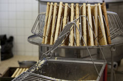 Сбор свежего меда от крапивницы пчелы Стоковое Фото