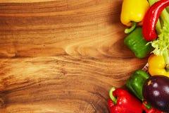 Сбор свежих овощей и зеленых цветов на досках, взгляд сверху Стоковое Изображение RF