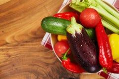 Сбор свежих овощей и зеленых цветов на досках, взгляд сверху Стоковая Фотография