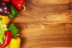 Сбор свежих овощей и зеленых цветов на досках, взгляд сверху Стоковая Фотография RF
