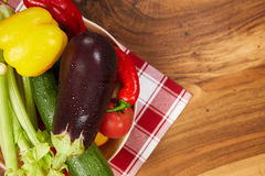Сбор свежих овощей и зеленых цветов на досках, взгляд сверху Стоковое фото RF