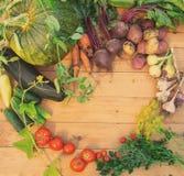 Сбор свежих овощей на деревянной предпосылке Взгляд сверху Картошки, морковь, сквош, горохи, томаты Стоковое фото RF