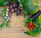 Сбор свежих овощей на деревянной предпосылке Взгляд сверху Картошки, морковь, сквош, горохи, томаты Стоковая Фотография RF