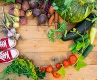 Сбор свежих овощей на деревянной предпосылке Взгляд сверху Картошки, морковь, сквош, горохи, томаты Стоковые Изображения RF