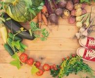Сбор свежих овощей на деревянной предпосылке Взгляд сверху Картошки, морковь, сквош, горохи, томаты Стоковые Изображения