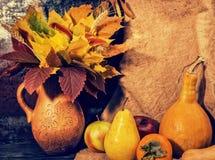 Сбор яблок, груши и тыкв лежа на linen ткани следующем t Стоковые Фотографии RF