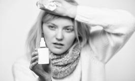 Сбрасывать симптом аллергии Нездоровая девушка с жидким носом используя носовые брызги Лекарство больной женщины распыляя в нос стоковые фотографии rf