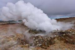 Сбросы горячего источника и пара Gunnuhver в Исландии Стоковое Изображение