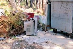 Сбросьте телевизоры на улице, телевидении около брошенного контейнера Стоковые Изображения RF