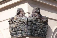 Сброс на фасаде старого здания, деревянного льва, Праги, чехии Стоковое Изображение RF