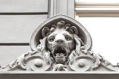 Сброс на фасаде старого здания, каменного льва, Праги, чехии Стоковые Фотографии RF