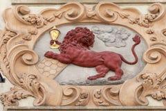 Сброс на фасаде старого здания, красного льва, Праги, чехии Стоковая Фотография