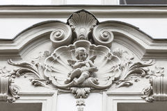 Сброс на фасаде старого здания, купидона, Праги, чехии Стоковые Фотографии RF
